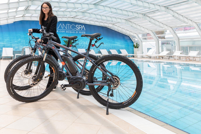 Un ebike hotel di Riccione che offre servizi di noleggio e tour con pedalata assistita