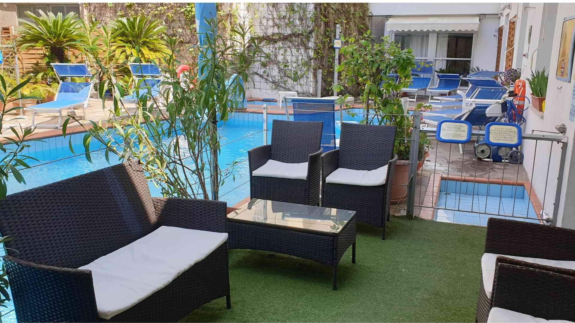 EVIDENZA_Salottino bordo piscina_Golf Riccione Hotel