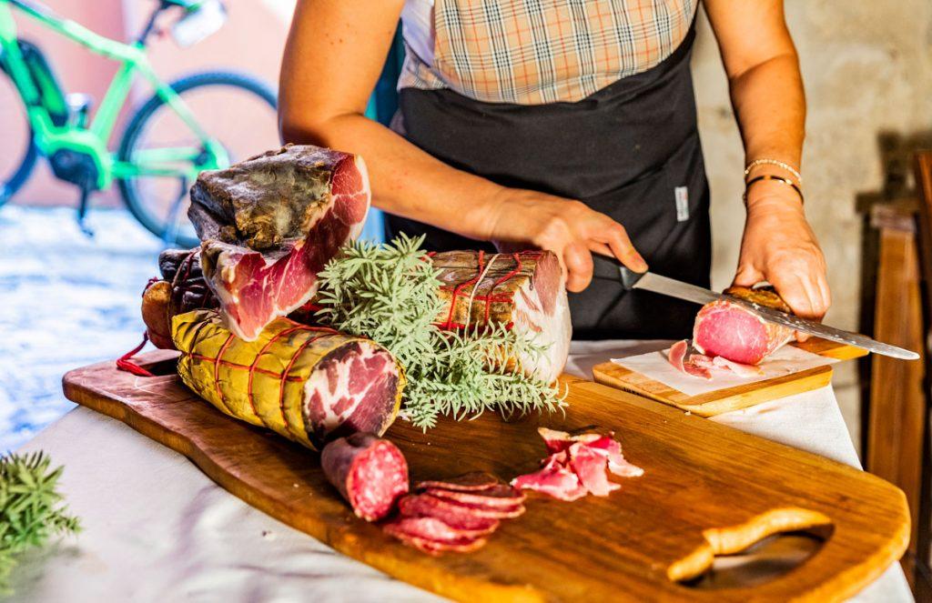 degustazione-di-salumi-nel-tour-in-ebike-a-verucchio