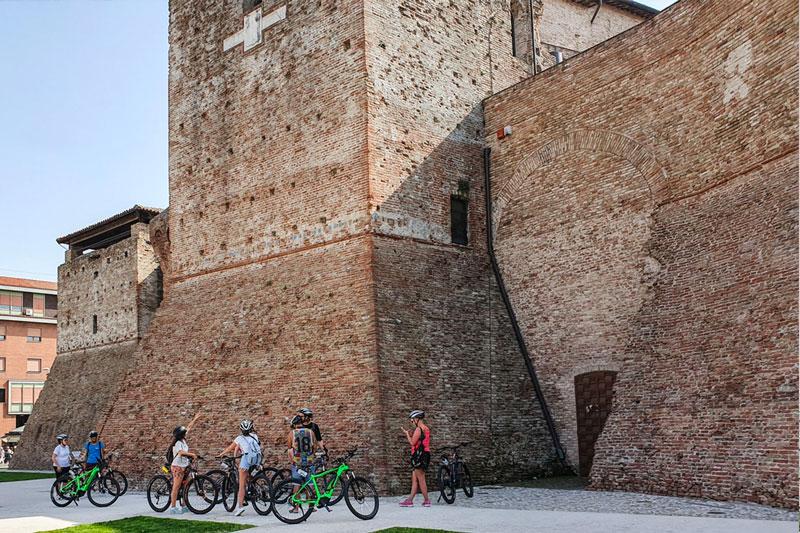 le-15-cose-da-vedere-a-rimini-in-bicicletta---cicloturisti-al-castel-sismondo