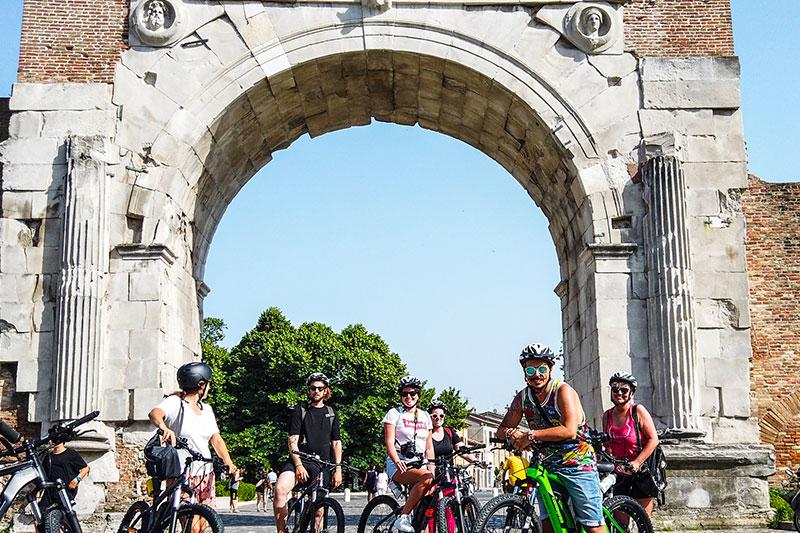 le-15-cose-da-vedere-a-rimini-in-bicicletta---cicloturisti-all'arco