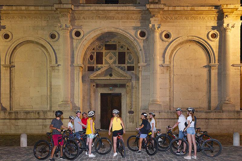 le-15-cose-da-vedere-a-rimini-in-bicicletta---cicloturisti-davanti-al-duomo