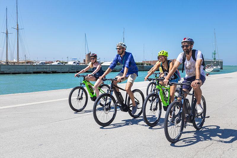 le-15-cose-da-vedere-a-rimini-in-bicicletta---cicloturisti-lungo-la-palata-del-porto