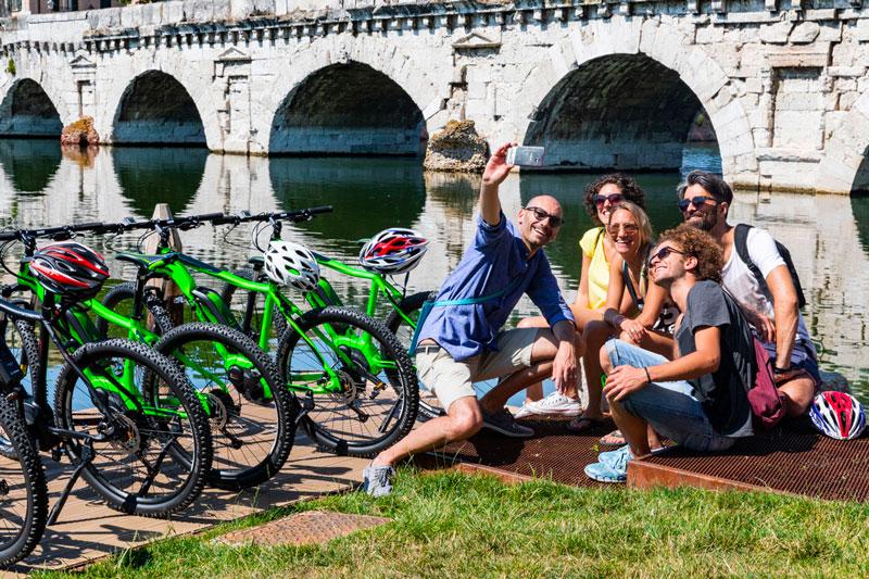 le-15-cose-da-vedere-a-rimini-in-bicicletta---cicloturisti-sul-ponte-di-tiberio
