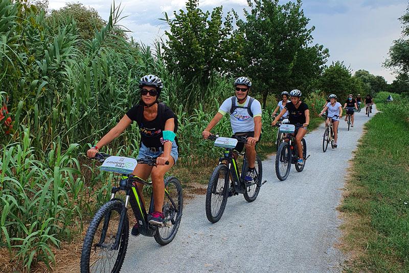 le-15-cose-da-vedere-a-rimini-in-bicicletta---cicloturisti-sulla-ciclabile-verso-santarcangelo