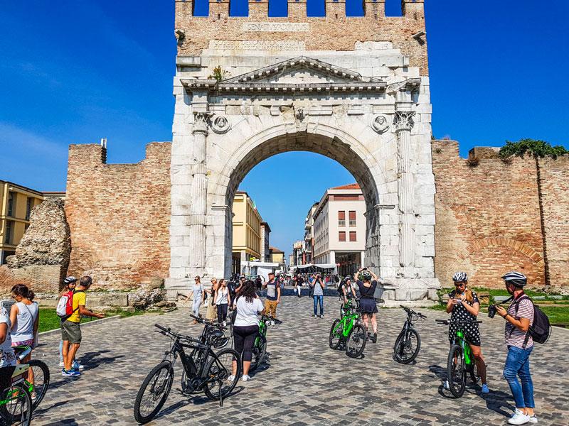 le-15-cose-da-vedere-a-rimini-in-bicicletta---l'arco-d'augusto