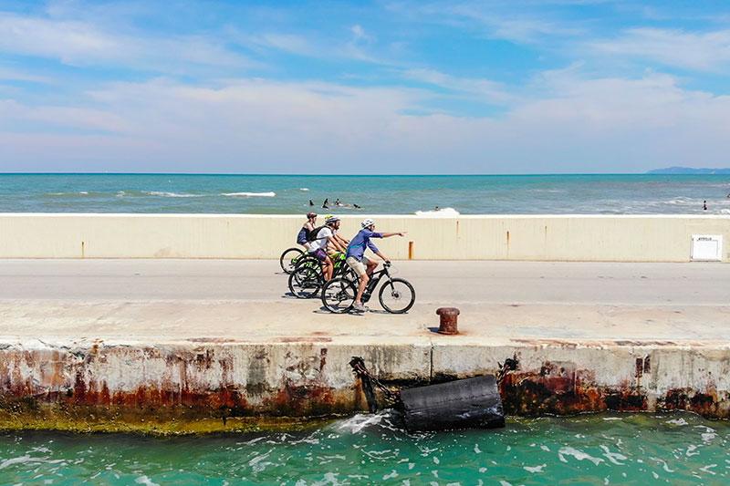 le-15-cose-da-vedere-a-rimini-in-bicicletta---surfisti-al-porto-di-rimini