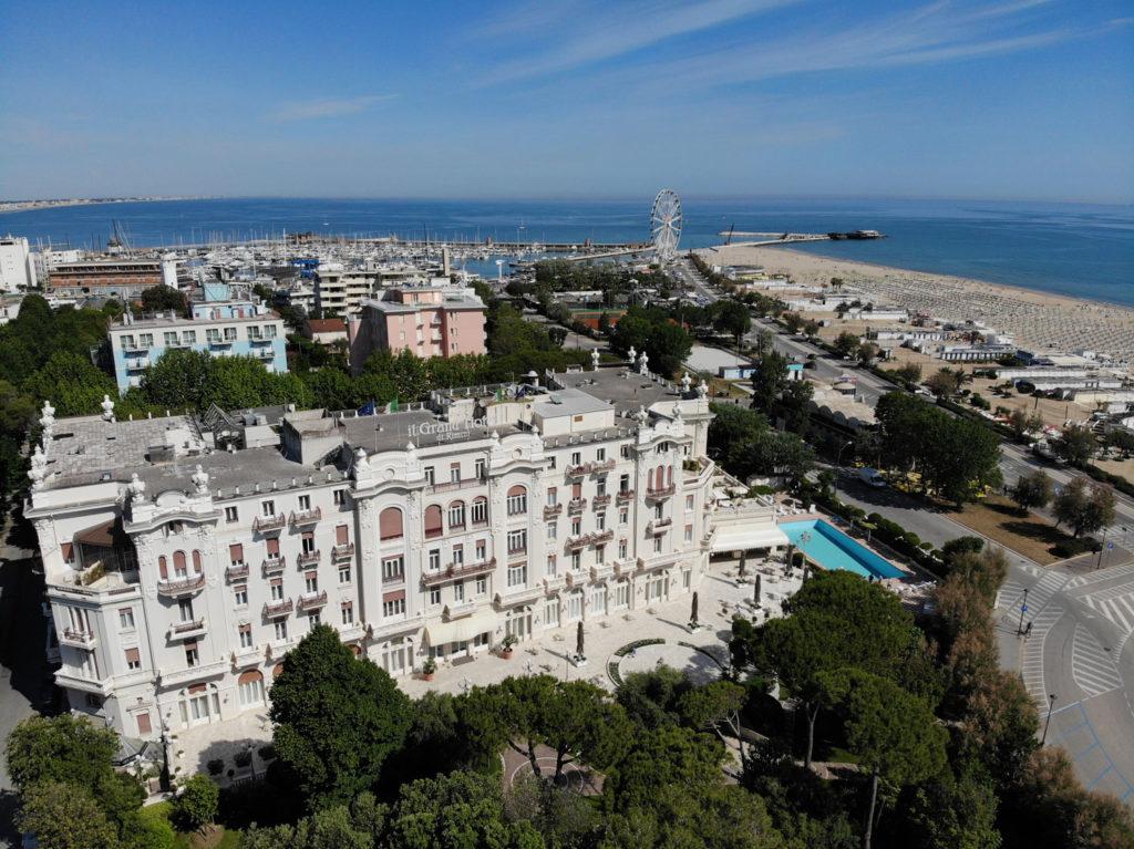Grand-Hotel-e-Turismo-balneare-a-Rimini-una-foto-aerea-del-grand-hotel-nel-2021