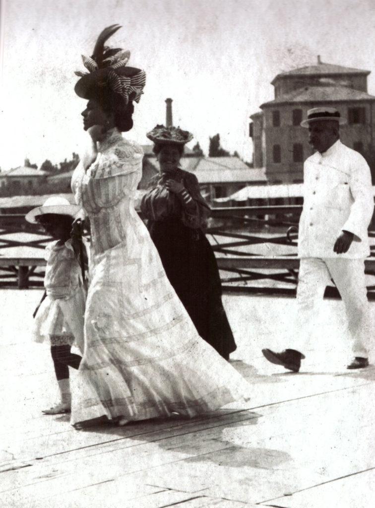 vestiti-eleganti-durante-un-evento-nella-pagoda
